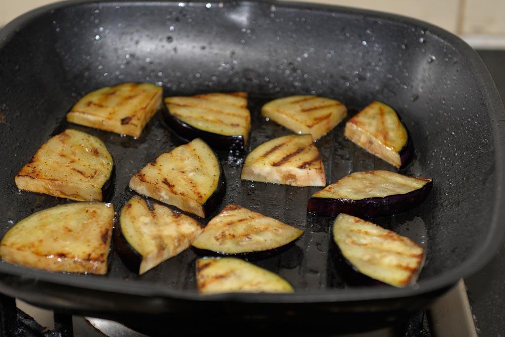 Турецкие-жареные-баклажаны-с-пряным-нутом-и-соусом-из-грецких-орехов--(1)
