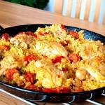 Паэлья с мясом и морепродуктами на основе риса