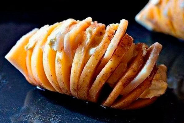 Картофель в духовке с начинкой из сала