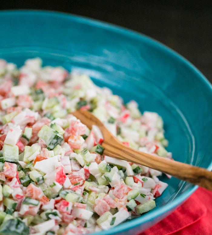 Крабовый салат с огурцом и помидором