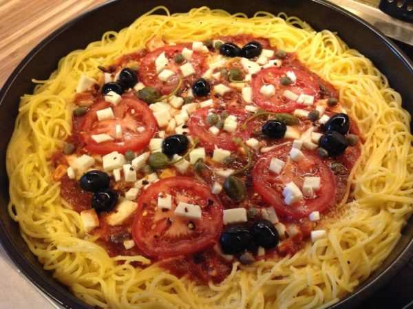 Блюдо из спагетти с сыром и помидорами (Спагетти пицца)