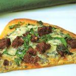 Пицца с колбасой, голубым сыром и шпинатом