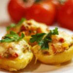 Картофельные лодочки с курицей, помидорами и перцем