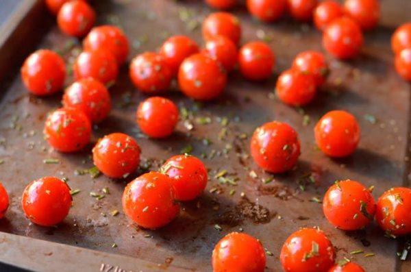 Полента с сыром и помидорами и розмарином